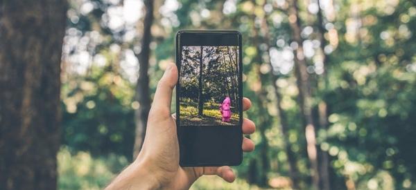 BUGA-Zwerg Karl durch die AR Viewer App in Augmented Reality im Wald.